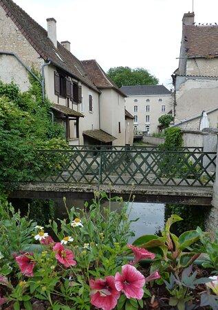 Mézières-en-Brenne, France : L'ancien moulin banal, aujourd'hui gîte d'étape et de groupe.