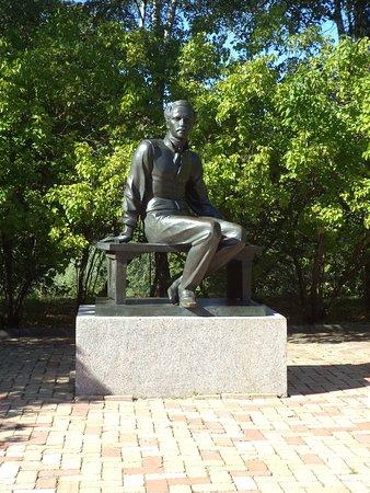 Lermontovo, روسيا: Памятник М.Ю.Лермонтову на территории усадьбы.