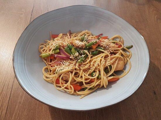 """Lunch tygodnia """"Spaghetti z kurczakiem i warzywami w sosie HOISIN """" ;)"""
