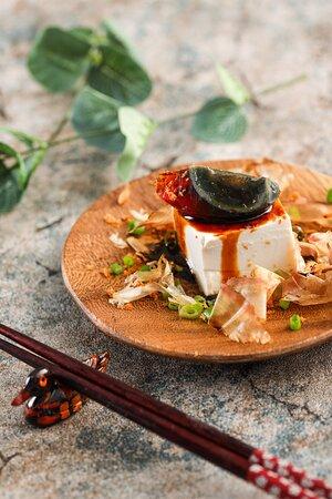 魚香皮蛋豆腐(Preserved egg and tofu in fish sauce)  皮蛋甘香軟綿、豆腐清涼嫩滑,台灣經典小菜。