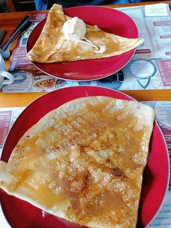 Crêpes sucrées -caramel beurre salé  flambée calvados et  l'autre avec glace vanille