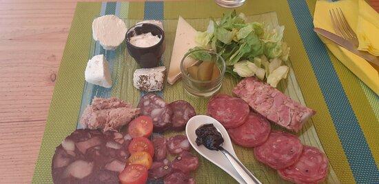 Boule-d'Amont, France: l'assiette de charcuterie-fromage est délicieuse