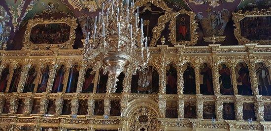 El iconostasio de esta Catedral es único, de varios niveles, sistemáticamente pensado y visualmente integral , como una imagen de la Ciudad Celestial en la tierra.
