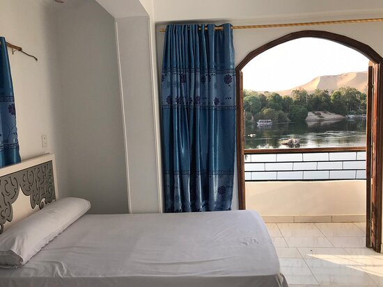 Aswan Governorate, Egipat: A room consisting of two beds with a view of the Nile