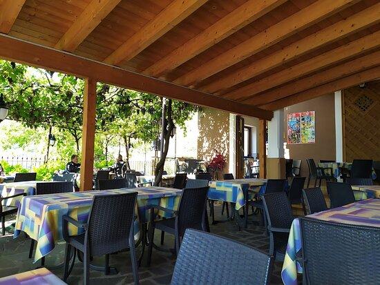 Voltino, İtalya: La terrazza sotto alla pergola.....