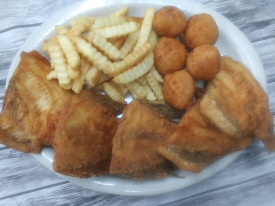 ‪‪Graniteville‬, ساوث كارولينا: Family Pack of Bream with 2  sides of your choice.  If you don't ask for different sides,   fries & hush puppies are standard sides on all of our meals.  5 pieces of mouth watering bream ,5 fresh hush puppies, top it off with our crispy fries, to share or to eat some now and save the rest for later. ‬