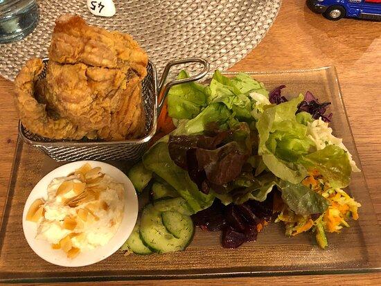 Lecker Salat mit Karpfenfilet