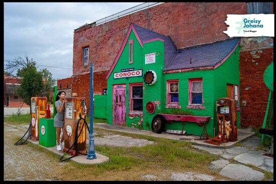 Commerce, OK: La hermosa estación de servicio de Allen's Conoco Fillin' Station y Greisy Johana disfrutando del lugar