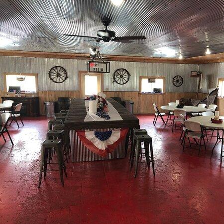 Tompkinsville, KY: Inside Hog Wild BBQ