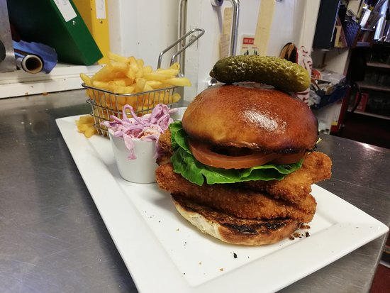 Golant, UK: Our Fish Goujon burger, just about to be served