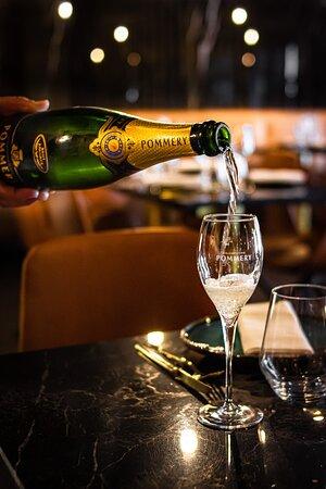Venha brindar com elegância com esta intensa mistura de Pinot noir, Pinot meunier e Chardonnay ⠀⠀⠀⠀⠀⠀⠀⠀⠀