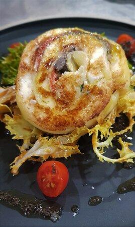 Os de Balaguer, Tây Ban Nha: Menú de Otoño 2020 Pastel de queso de cabra con escarola, albahaca tibia, escalivada, olivada y tomate cherry