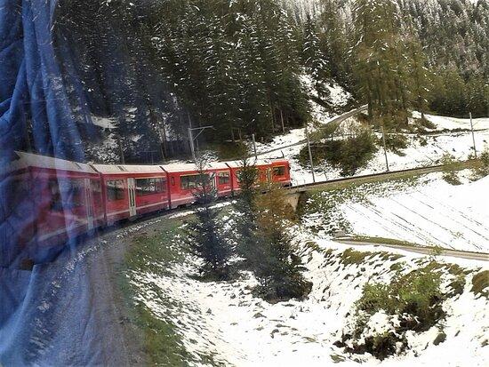 Engadin St. Moritz, Thụy Sỹ: Fahrt mit der Rhätischen Bahn bei Schnee am 26.Sept.2020