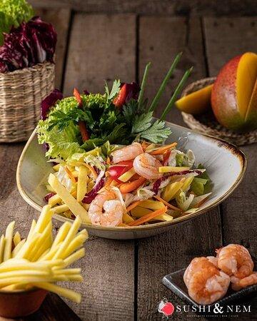 """🥭 EVERYDAY IS MANGONIFICENT 🥭 Ihr wollt mal einen etwas anderen Salat essen? Dann haben wir genau das Richtige für Euch! 🤫 Probiert unseren einzigartigen Salat aus Mango """"GOI XOAI"""". Dieser saftige Mango Salat wird mit leckeren Garnelen ergänzt und mit Koriander verfeinert. Dazu kommt noch eine Süß-Sauer-Soße, der den Salat vollendet.  Voilà! Gesund, Lecker und mal etwas Neues. Lasst es Euch schmecken! 🥗"""