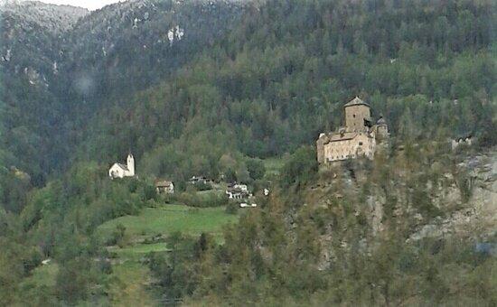 Engadin St. Moritz, Thụy Sỹ: Eine Burg kurz vor Thusis