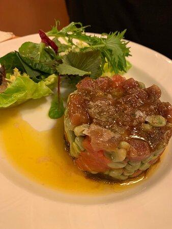 Cocina catalana de toda la vida con un toque sofisticado. El solomillo con foie es un bocado de cielo.