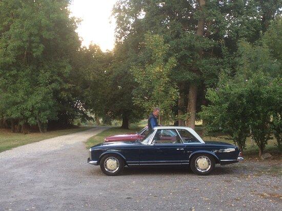 Saint-Jean-le-Comtal, Francia: Classic cars meeting at the Chateau
