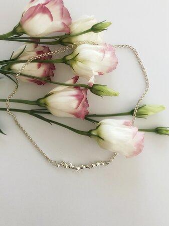 I gioielli Brubu sono interamente realizzati a mano, singolarmente, per dare vita a Creazioni uniche e sempre diverse tra loro.