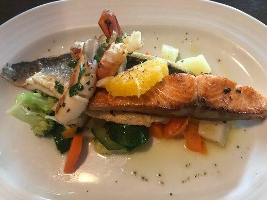 Puchheim, Germany: Fischauswahl auf Gemüse