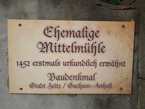 Zeitz, Germany: Das Schild auf dem Gebäude über die erste Erwähnung der Wassermühle