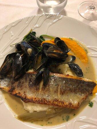 Coulanges-la-Vineuse, Frankrike: Poisson noyé dans l'eau des moules et dessert sans esthétisme ni saveur
