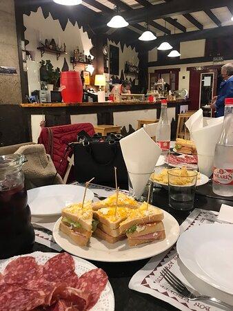 Me encanta el Meson Museo, comida casera y gran variedad de pintxos. Para mi la mejor tortilla de Bilbao. Destaca los sándwich y los surtidos ibéricos, buen jamón, chorizo y salchichón. Buen lugar para desayunar, comer y cenar