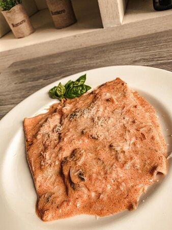 Manicotti, pasta rellena de alcachofas frescas y mozzarella, con una salsa de crema, un toque de tomate y hongos salteados