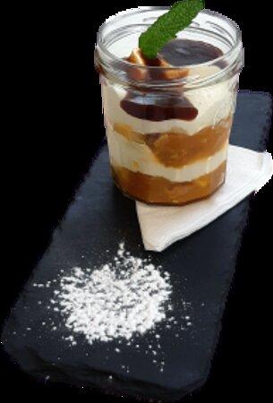 Normandie (Pommes Caramélisées et flambées au Calvados, Sablé au beurre doux imbibé de sirop de Cidre, Crème Mascarpone vanillée, servi en verrine)