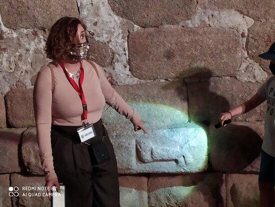 Inicio de la visita, el pasado sábado 10 de octubre en Mérida, ante un interesante símbolo de protección de la ciudad, en una de sus accesos de época romana.  Israel nos hizo un recorrido muy ameno a la vez que bien argumentado, toda una profesional. Muy recomendable.
