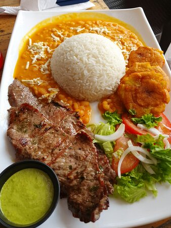 Rice whit the best beans (menestra) meat and patacones.