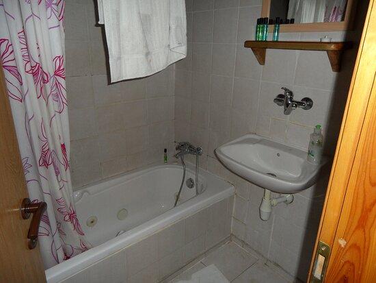 בית הלל, ישראל: A full bathroom in addition to the jacuzzi tub.
