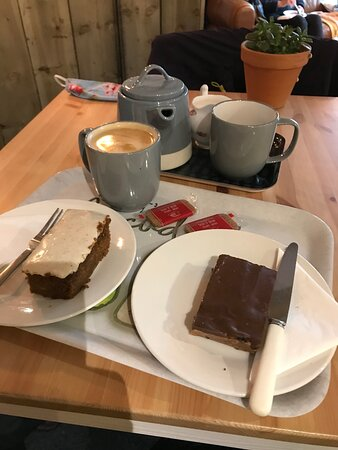Allendale, UK: Tea and cake, the gluten free tiffin was amazing