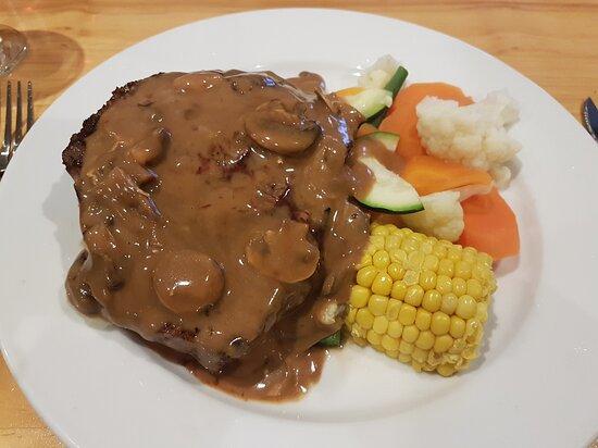 Coolamon, Austrália: Royal Tavern steak with mushroom sauce ... do yourself a flavour