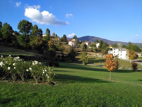 Tornolo, Italia: Panoramica sul giardino e Monte Pelpi