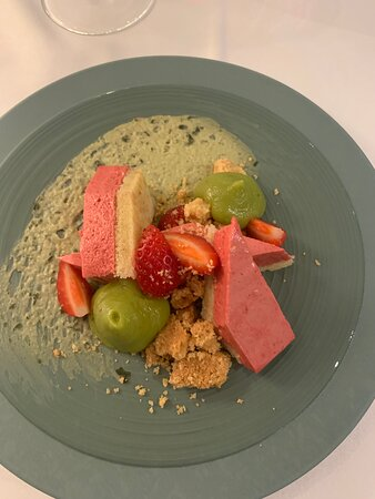 La Ferme des Mares : fraise framboise, crème légère basilic, crème d'avocat
