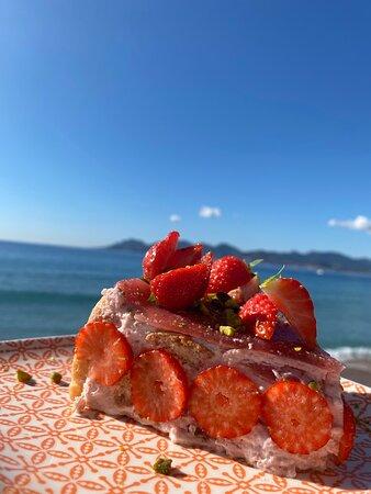 """Notre charlotte aux fraises """"faite-maison"""" par notre pâtissier"""