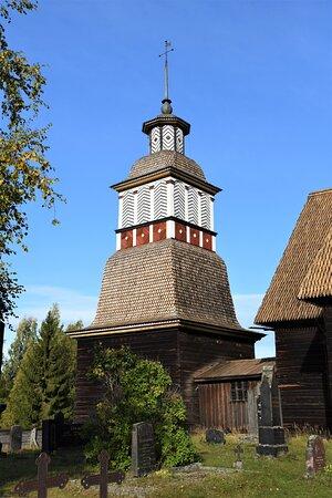Il singolare campanile della chiesa lignea a Petajavesi, nei dintorni di Yvaskyla - Finlandia.  Cliccare sulla foto per vederla come scattata.