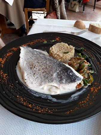 Jumieges, Ranska: Filet de dorade avec quinoa et  courgettes