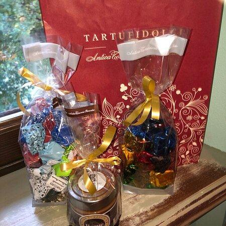 Grinzane Cavour, Italie : Dolci tipici della tradizione Piemontese,  Cunesi assortiti,  Tartufi assortiti e crema di nocciole.