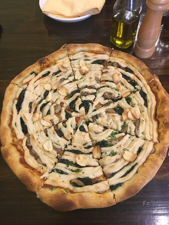 garlic, spinach pizza with cashew cheese