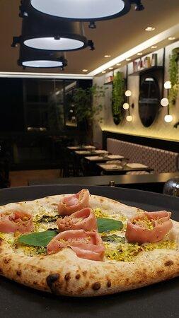 Nossas pizzas são confeccionadas com ingredientes importados da itália, alguns indredientes frescos como o basílico são locais e colhidos na hora.