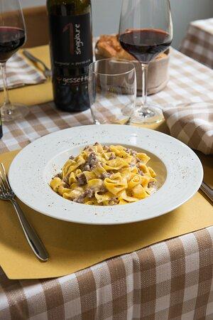Tagliatella Gessetto con salsiccia brasata al Sangiovese e squacquerone