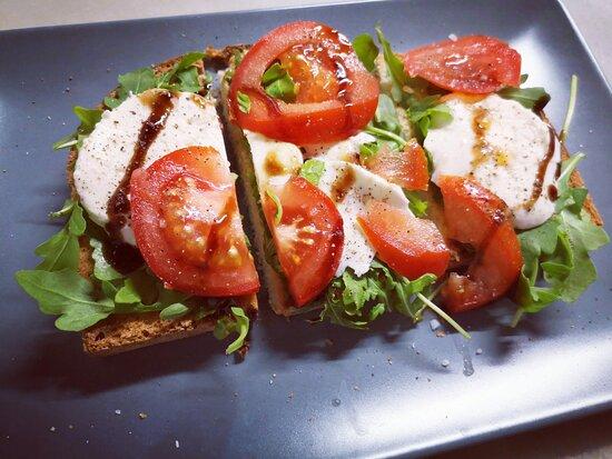 Torrada de mozzarella, tomate, rúcula e balsâmico