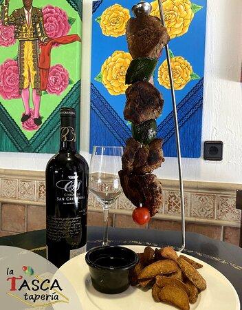 Mengibar, Tây Ban Nha: Brocheta de presa ibérica con verduritas y salsa teriyaki.