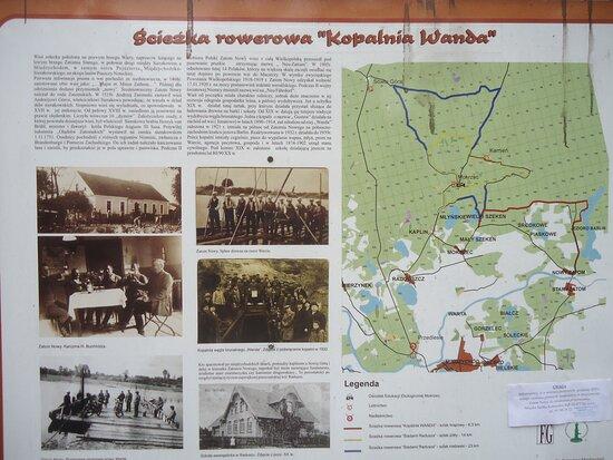 Miedzychod, Polonia: Przed wejściem na teren [ blisko budynku OSP ] warto zapoznać się z tablicą informacyjną . Dowiemy się o sięgającej średniowiecza historii wioski , o kopalniach węgla brunatnego znajdujących się niedaleko stąd  czy ustalimy trasę spaceru czy rowerowej przejażdżki .