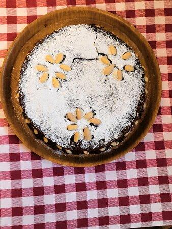 Torta caprese con crema al cioccolato