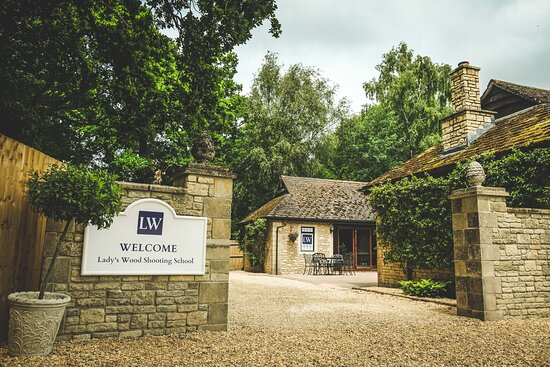 Chipping Sodbury, UK: Our Cotswold stone shooting lodge is a welcome sight as you make your way up the drive.