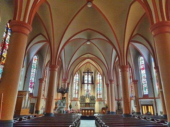 Tubbergen, Hà Lan: Indrukwekkend plafond met fraaie bogen en veel glas-in-lood ramen.