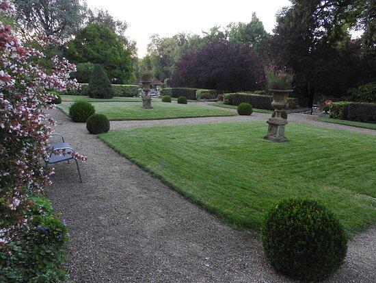 Mansle, Francia: Un mini jardin à la Française