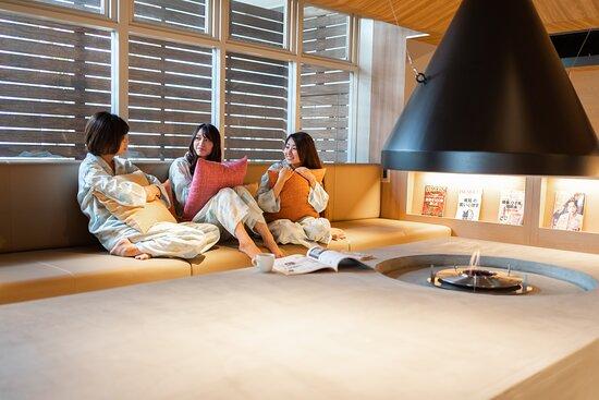 โอตสึ, ญี่ปุ่น: 暖炉前でおしゃべり。